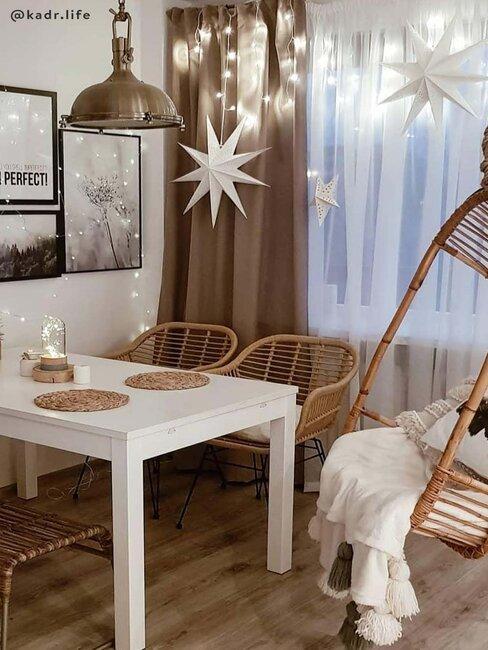 woonkamer met bamboe hangstoel en kerstversiering