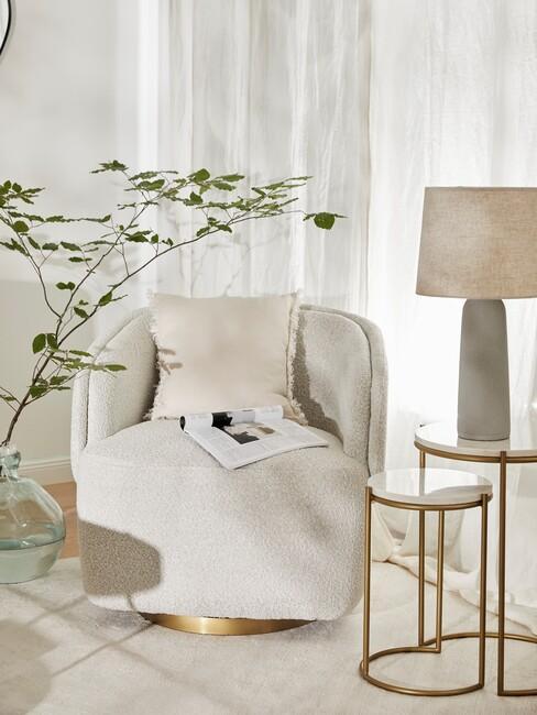 neutrale-kleuren: beige stoel met een goud met witte bijzettafel