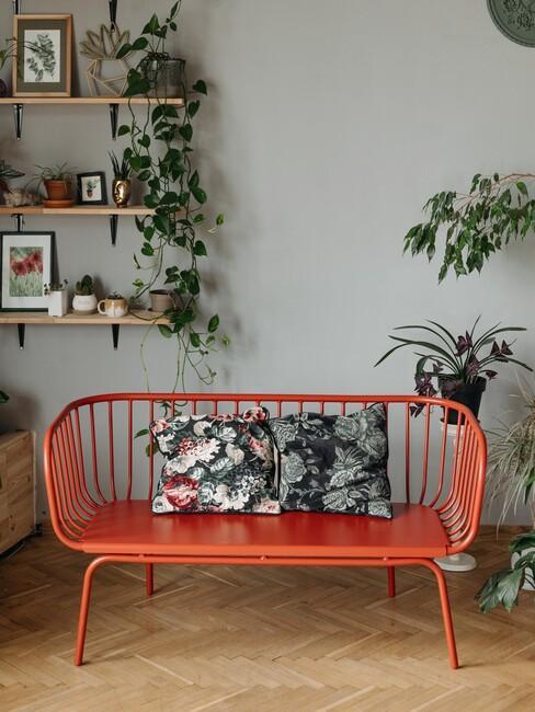 cubaanse-stijl: met een rode bank en wandplanten