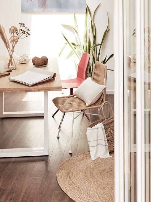 cubaanse-stijl: houten tafel met houten stoel en rode stoel