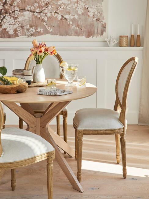 stijlenmix: klassieke stoelen in een strakke kamer
