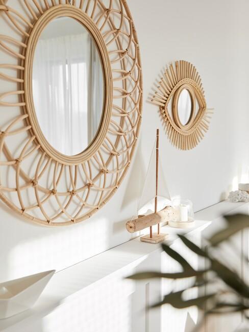 rotan spiegels op een witte muur