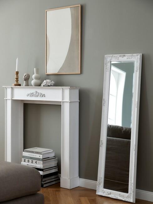 stijlenmix: witte openhaard met staande lange spiegel