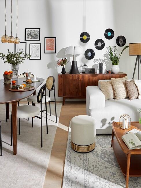 stijlenmix: vintage woonkamer met een strakke witte bank