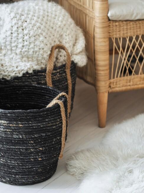 stijlenmix: zwarte mand voor rotan stoel