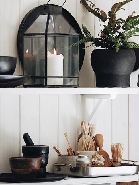witte planken met zwart servies