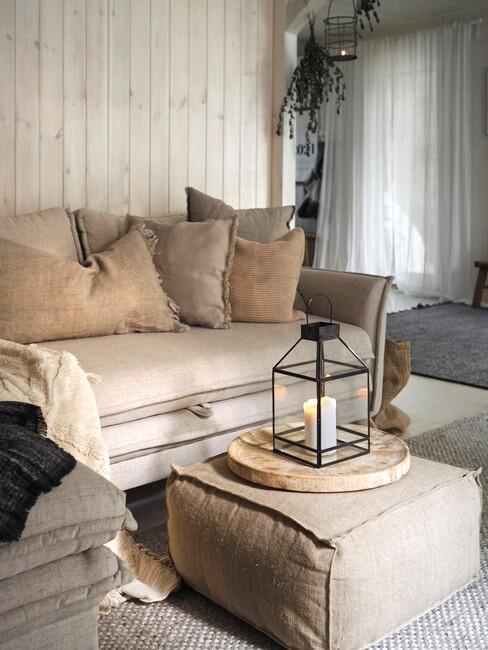 maritiem-interieur: beige hoekbank tegen houten muur