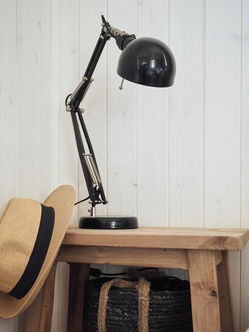 houten kruk met zwarte lamp