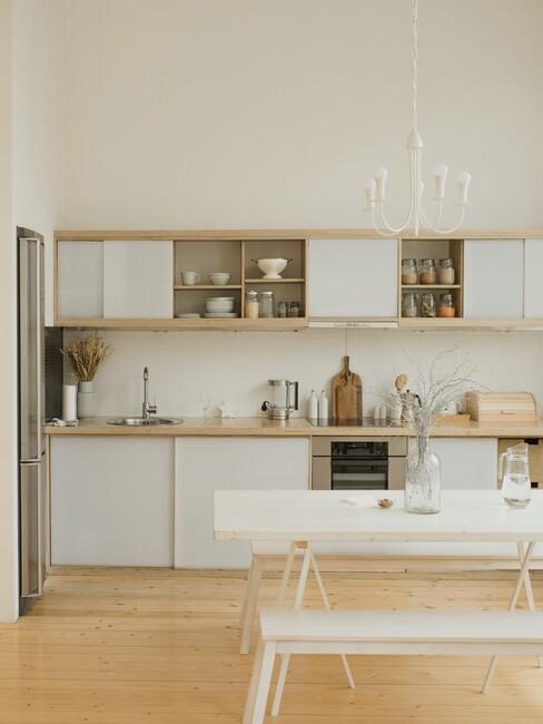 maritiem-interieur: witte keuken met witte eettafel en banken