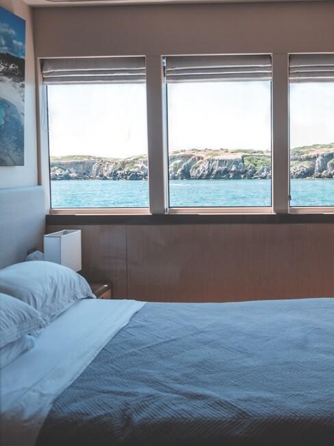 maritiem-interieur: bed met uitzicht op zee