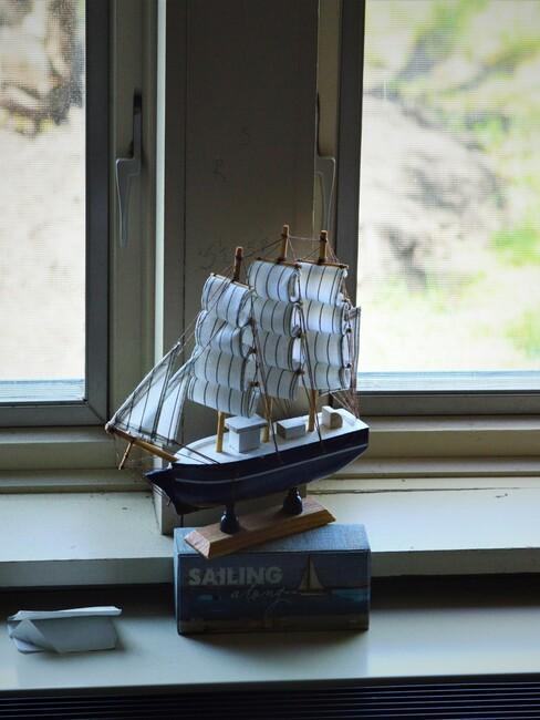 maritiem-interieur: mini zeilboot voor een raam
