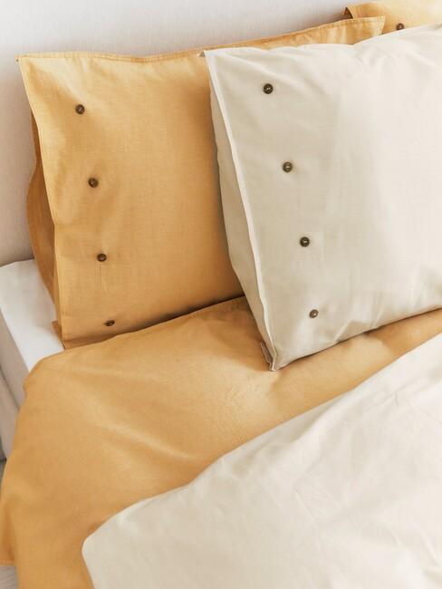 Geel gekbed met een beige bovenkleed