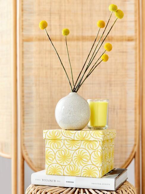 pastelgeel-trendkleur: witte vaas met gele bloemen