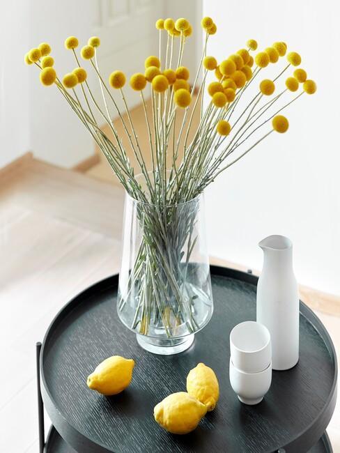 Glazen vaas op een zwarte ronde tafel