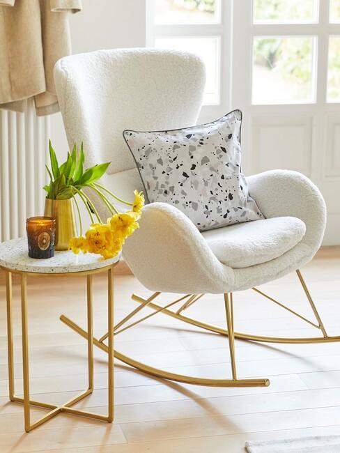 Witte schommelstoel met gouden poten
