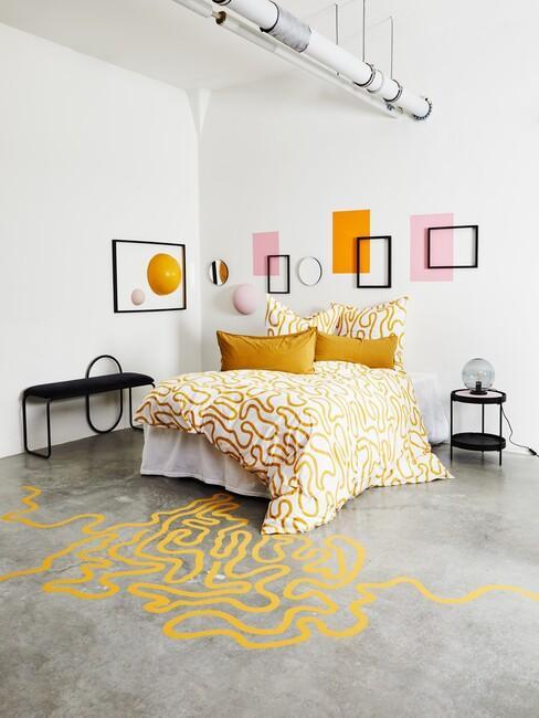 pastelgeel-trendkleur: met een wit bed en geel met wit dekbed