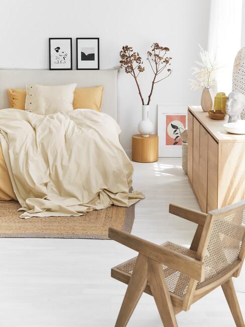 pastelgeel-trendkleur: Geel denkbed met een beige boxspring