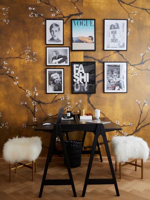 okergeel behang met een zwarte eettafel en zwarte fotolijsten