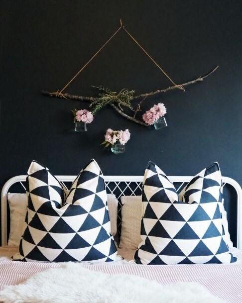 marineblauwe muur met een wit bed