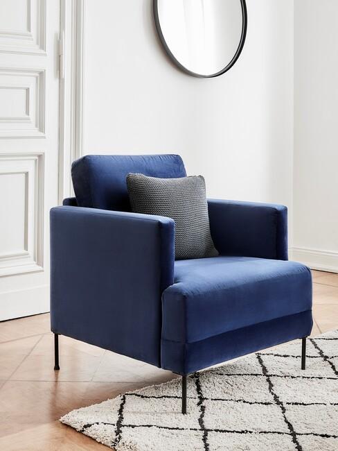 marineblauw: stoel met een wit kleed en ronde spiegel