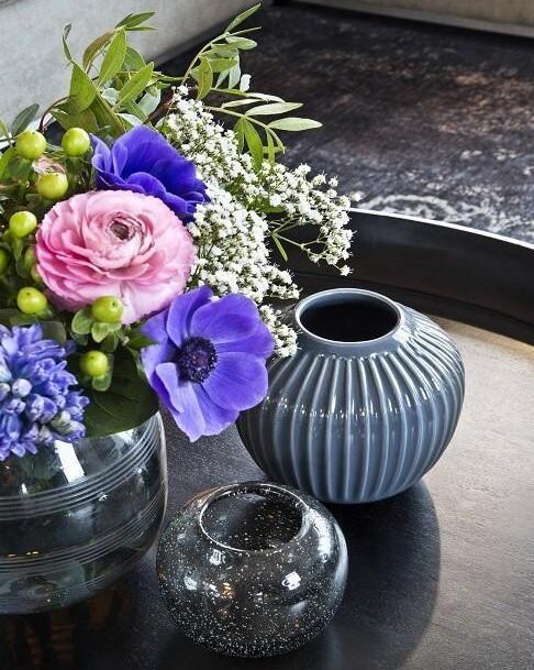 Blauwe vazen en roze bloemen