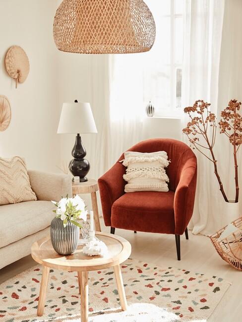 oranjerood stoel met een houten tafel