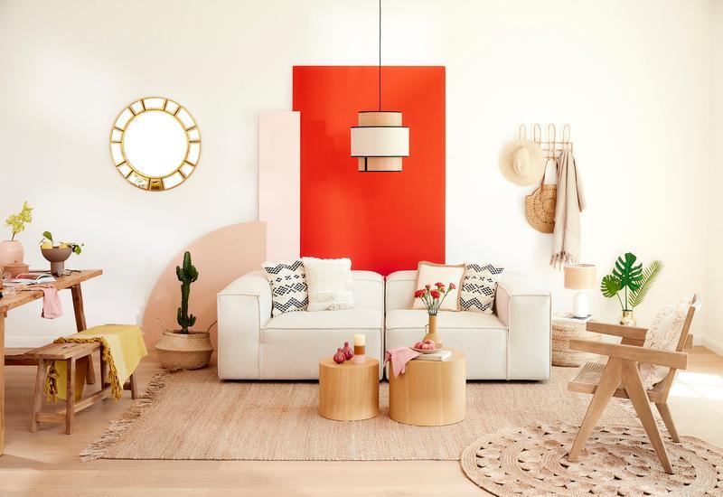 oranjerood muur streep en beige bank met een houten stoel