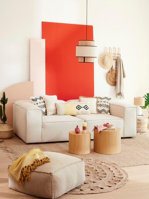 oranjerood: op de muur met een beige bank