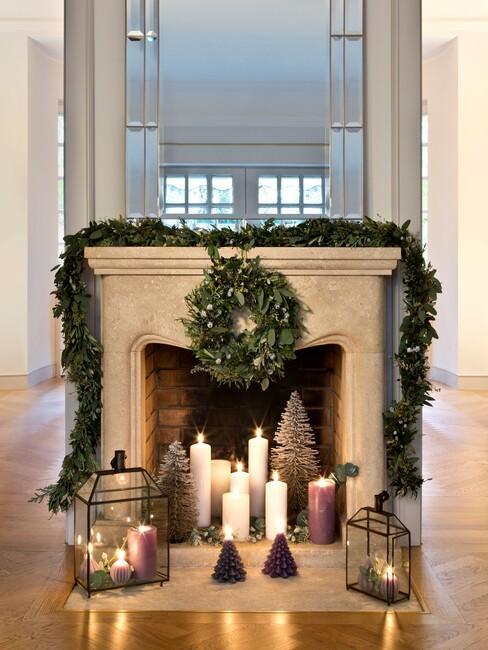 Witte openhaard met kerstdecoratie
