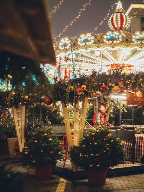 kerstmarkt met een rode draaimolen