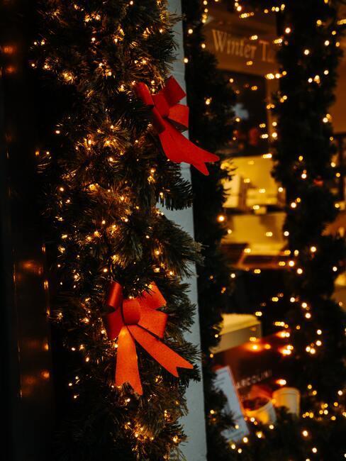 Kerstversiering met rode strikken