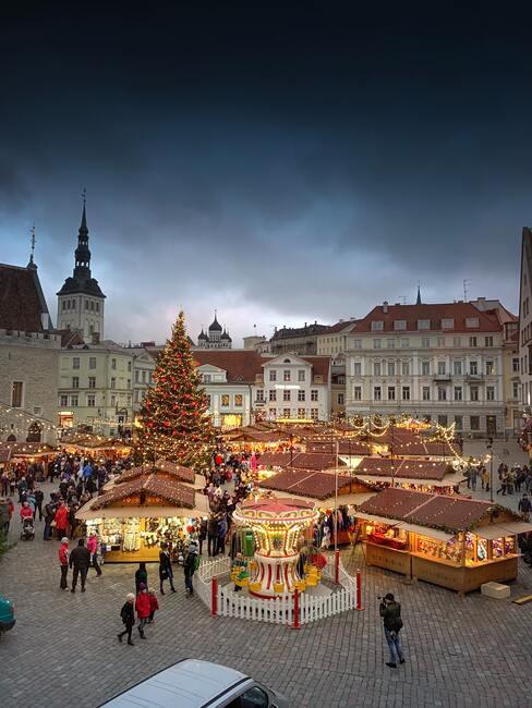 kerstmarkt op een groot plein