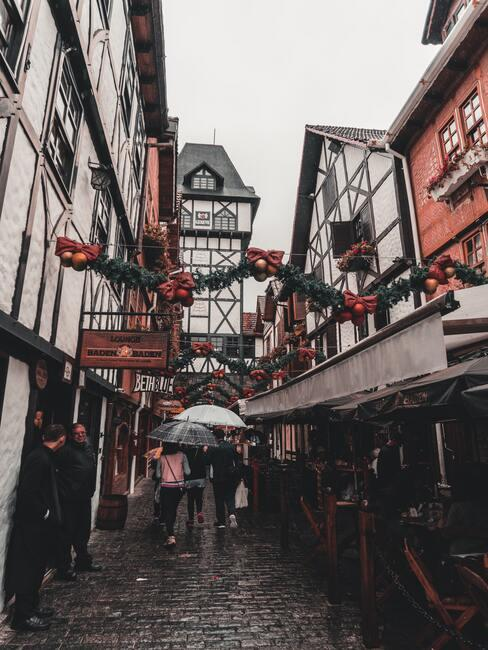 Een smalle straat met kerstversiering