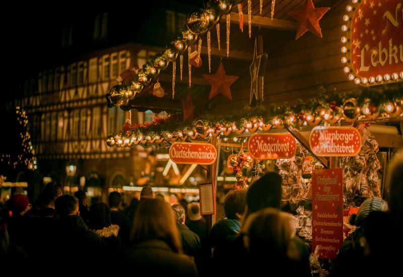 Een markt met lichtjes