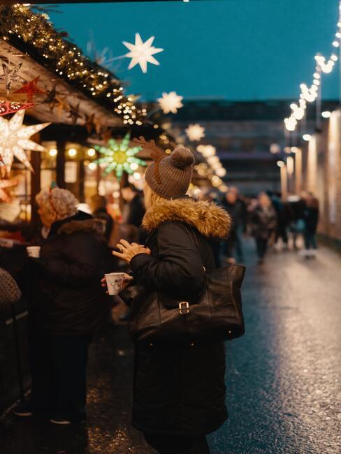 kerstmarkt met lampjes en witte sterren decoratie