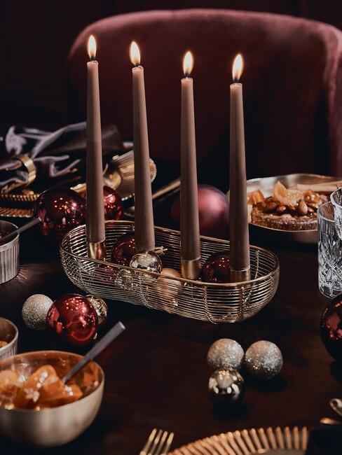 Rode hoge kaarsen met gouden details