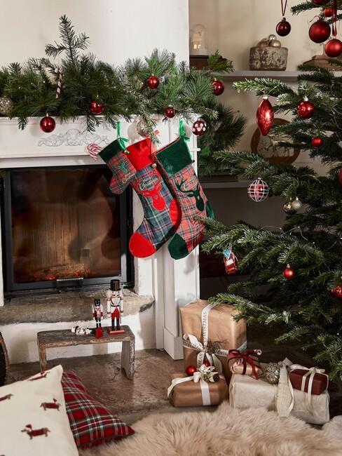 kerst-ideeen met een kerstboom en een rode sok