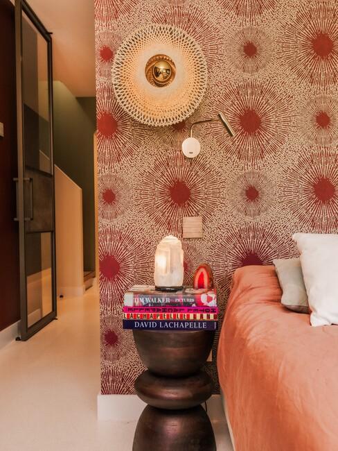 Rood behang met een houten bijzettafe;
