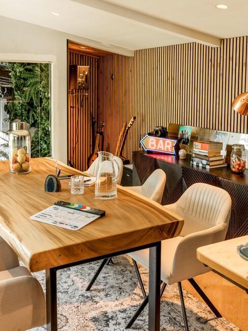 carolien-spoor: eetkamer met een houten tafel en beige stoelen