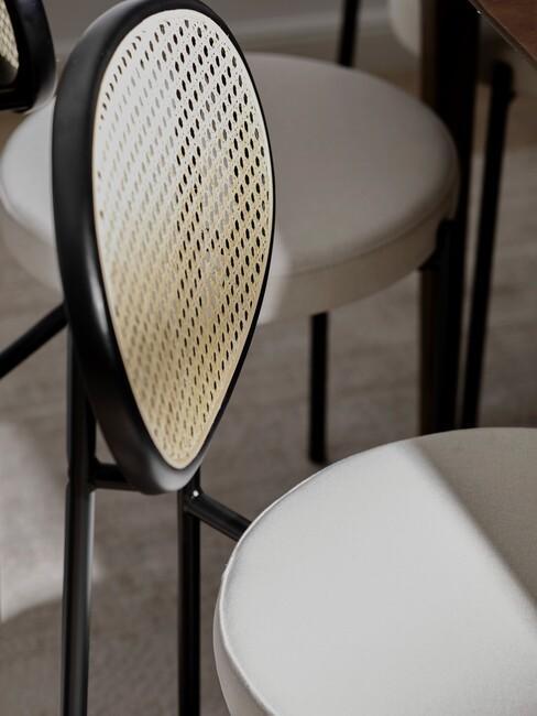 greige stoel met houten stoel