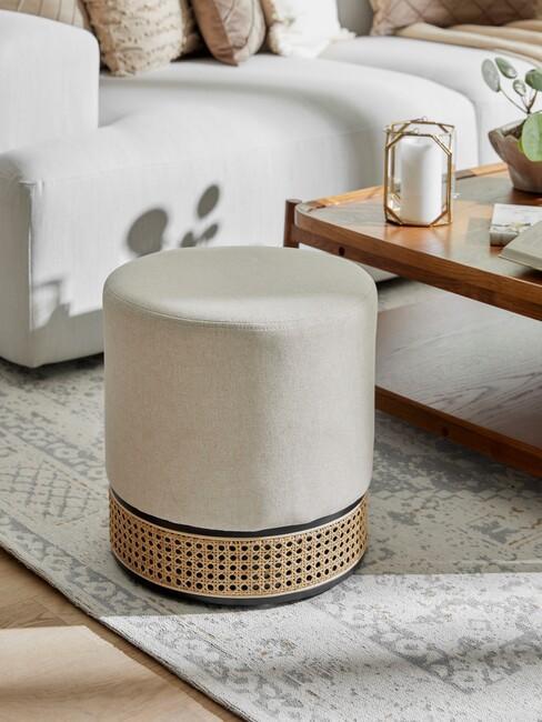 greige poef met een houten salontafel