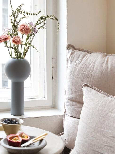 Grijze vaas met roze bloemen