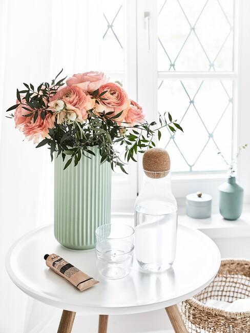 mintgroenen vaas met roze bloemen