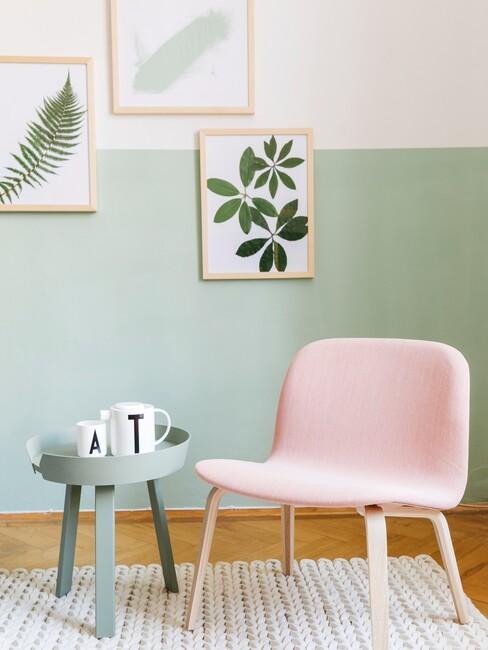 mintgroenen muur met een roze stoel