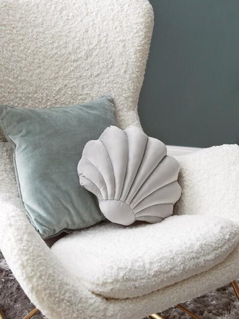 Witte taddy stoel met een pastel kleurig schelpen kussen