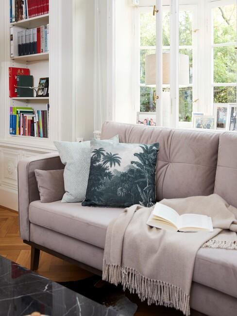 mauve banken met een witte boekenkast