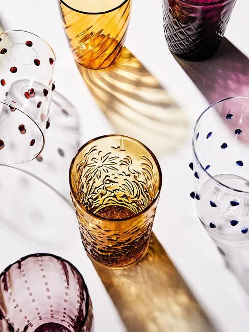 Gele en paarsen glazen