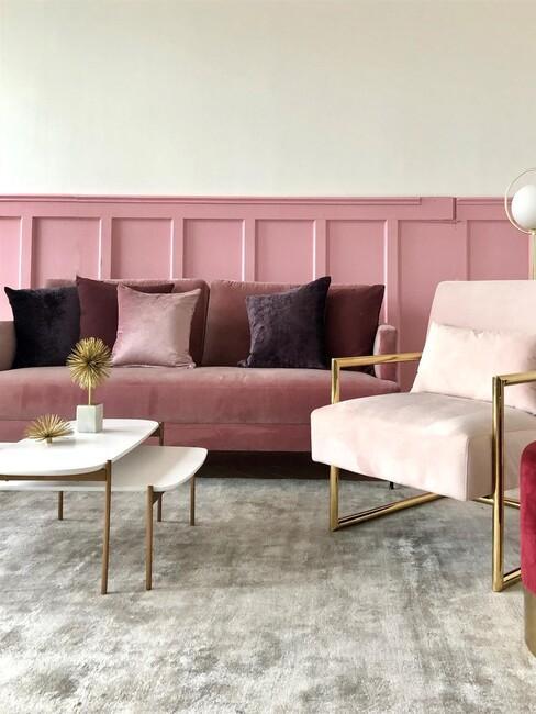 Roze bank met paarse kussens