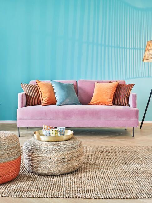 Woonkamer in de felle-kleuren roze en blauw