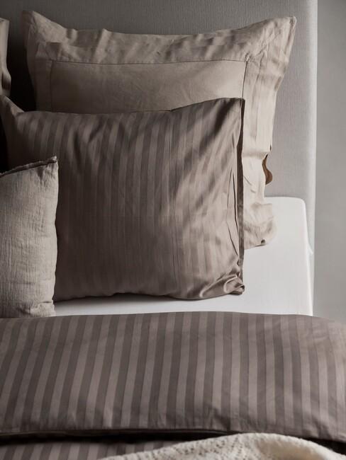 Bruin dekbedovertrek met een toupe boxspring